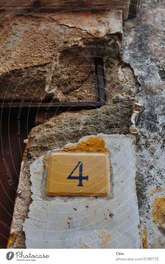 Nr. 4 alt Stadt weiß Haus gelb Wand Mauer braun Fassade grau Häusliches Leben Tür Schilder & Markierungen authentisch Armut Vergänglichkeit