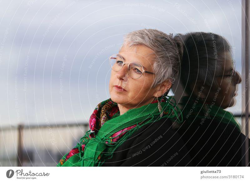 Schöne Frau, allein, sehnsuchtsvoll, nachdenklich, in Melancholie Erwachsene Weiblicher Senior Leben 1 Mensch 45-60 Jahre 60 und älter Ohrringe Brille Halstuch