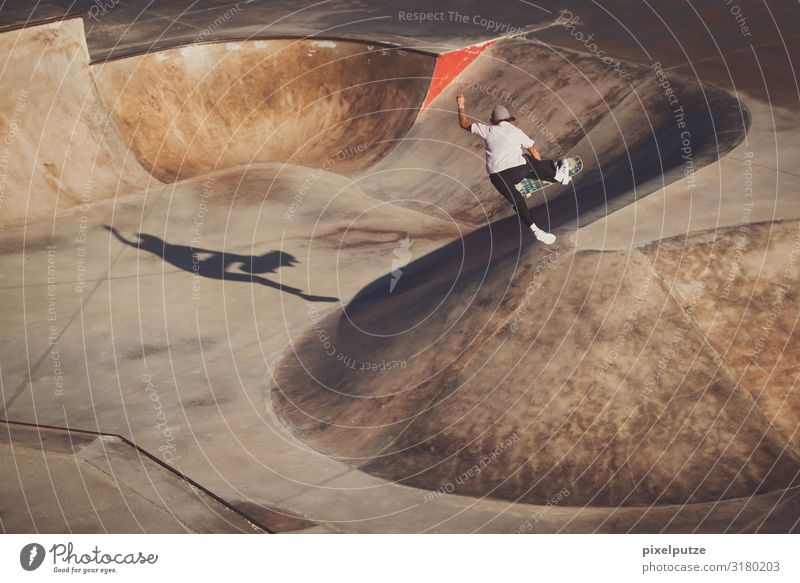 Skateboarderin macht einen Trick in einem Skatepark Sport Sportstätten Halfpipe Mensch feminin 1 18-30 Jahre Jugendliche Erwachsene Konzentration Air Brennpunkt