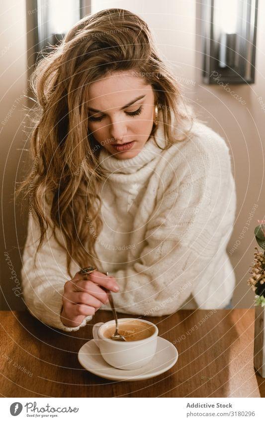 Elegante Frau beim Kaffeetrinken im Café rühren genießen elegant sitzen Tisch Jugendliche Lifestyle Freizeit & Hobby ruhen Erholung Tasse Pause Getränk Dame