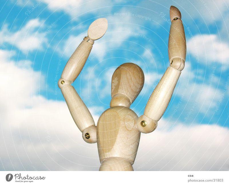 Gliederpuppe freut sich Wolken weiß braun Holz obskur Himmel blau Freude Arme