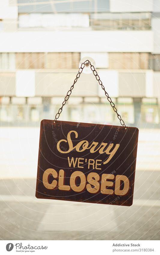 Schließen Sie das Schild am Fenster für kleine Unternehmen. offen Zeichen Lager Business Tür kaufen Glas Vorderseite Begrüßung Aufschlag Hintergrundbild
