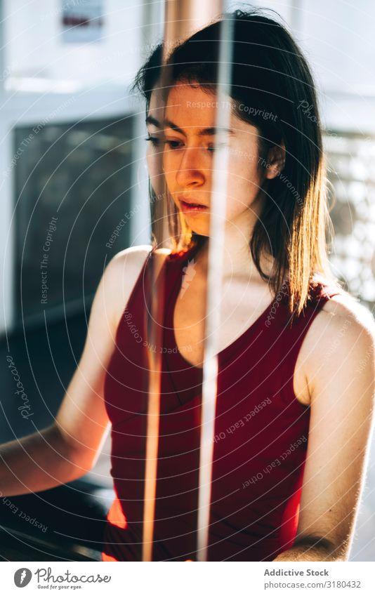 Konzentrierte Ballerina, die im Spiegel reflektiert wird. Frau Konzentration professionell Porträt Turnen Erwärmung selbstbewußt Jugendliche Ausdruck