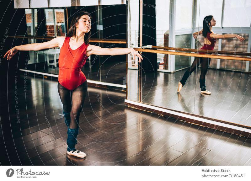 Frau in Ballett-Pose im Studio Beautyfotografie Anmut Balletttänzer Choreographie elegant Schulklasse genießen brünett Aktion Ballerina Gleichgewicht Bewegung