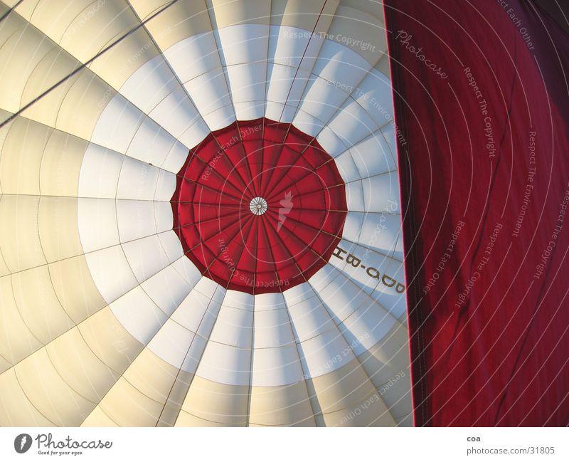 Heissluftballon rot Beleuchtung Raum Flugzeug Seil Luftverkehr Schriftzeichen Kreis rund Stoff Mitte Ballone Geometrie Tuch Hülle Mittelpunkt