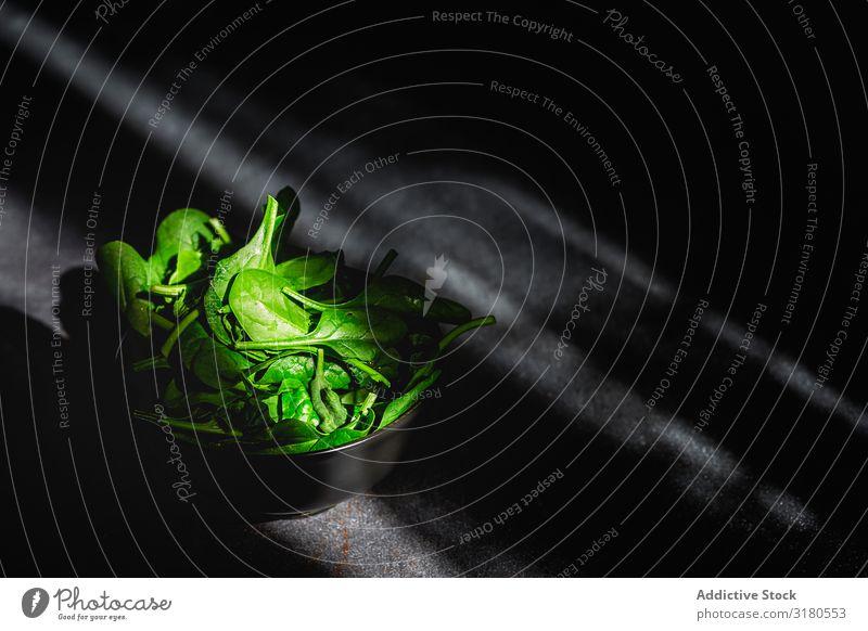 Frischer Spinat auf dunklem Hintergrund Gemüse Lebensmittel Gesundheit Gesunde Ernährung Veganer Vegetarische Ernährung Diät Hintergrundbild Entzug organisch