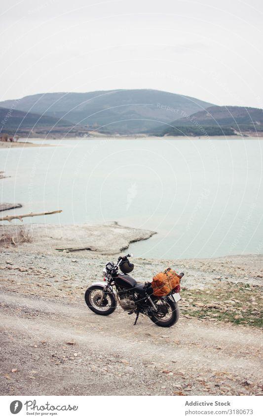 Motorrad in der Nähe des ruhigen Sees Küste Landschaft Aussicht Natur Straße Ferien & Urlaub & Reisen Fahrzeug Ausflug Hügel Wasser Teich Gelassenheit