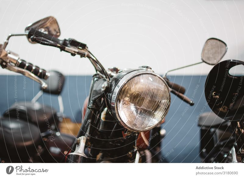 Retro-Motorräder in der Garage Motorrad Reparatur Scheinwerfer kaputt geparkt Aufschlag Werkstatt Automechaniker Verkehr Gerät Fahrzeug retro altehrwürdig