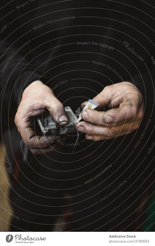 Getreidemann mit Reparaturdetail Mechaniker Leim Detailaufnahme Hand dreckig Werkstatt Arbeit & Erwerbstätigkeit Handbuch professionell Werkzeug Mann