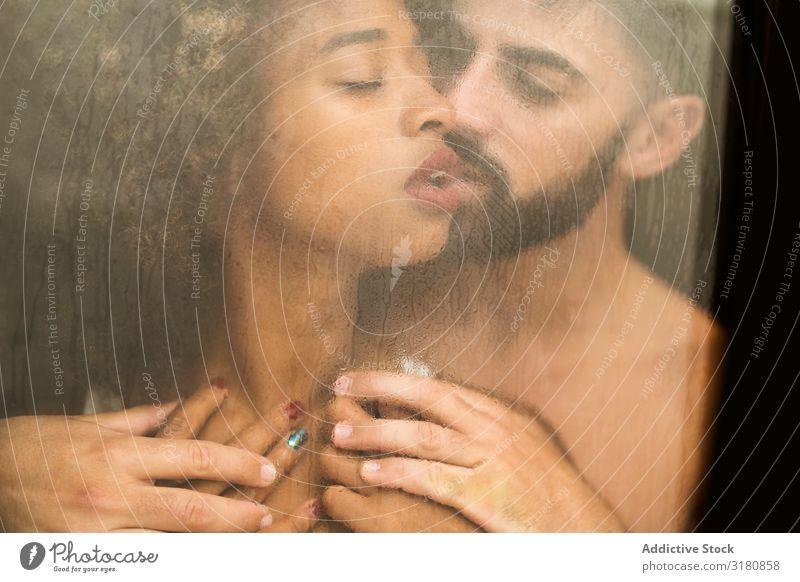 Bartiger Mann berührt Freundin hinter dem Fenster Paar Leidenschaft berühren Küssen Erotik geschlossene Augen verführerisch Frau Wunsch Partnerschaft Liebe