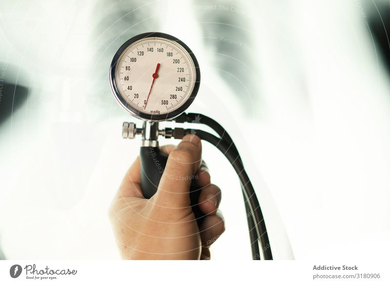 Arzt mit Pulsmesser im Nahbereich des Röntgenfilms Medikament Radiologie Filmmaterial Gerät Hand Röntgenaufnahme Tonometer Bild Gesundheit Krankenhaus forschen