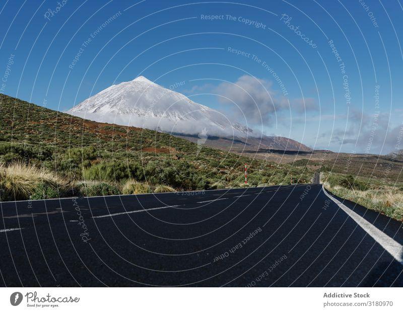 Landstraße in der Nähe des verschneiten Berggipfels Straße Landschaft Berge u. Gebirge Gipfel Schnee Kanaren Spanien Gelände Sonnenstrahlen Tag Himmel Wolken