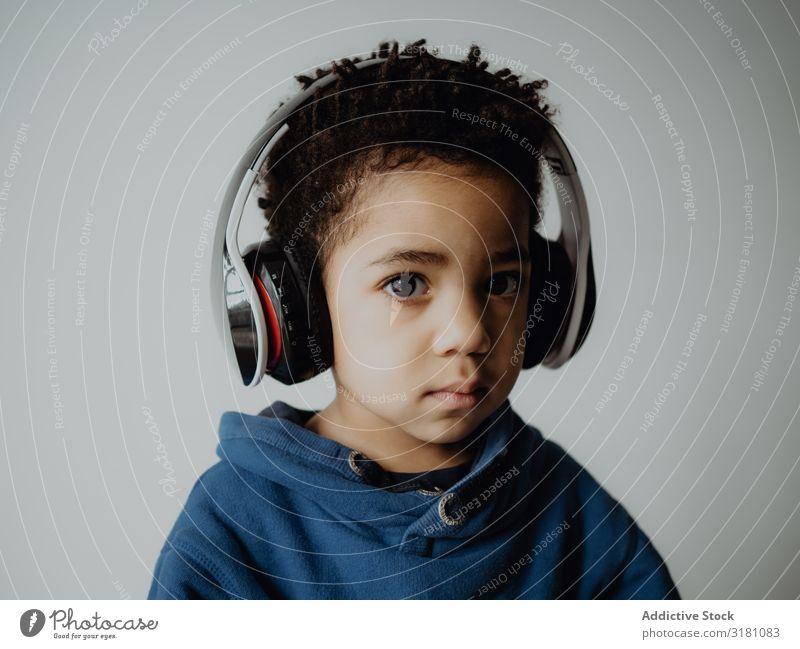 Schwarzes Kind hört Musik Junge hören Kopfhörer trendy lässig Afroamerikaner Lifestyle Freizeit & Hobby Sweatshirt Technik & Technologie Gerät Apparatur