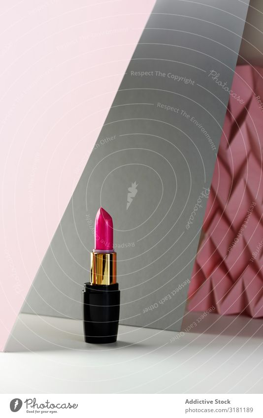 Lippenstift auf erhabenem rosa Chevron. Produkt- und Aufmachungskonzept Schminke Kosmetik Beautyfotografie Hintergrundbild Menschenleer Mode Stillleben Stock