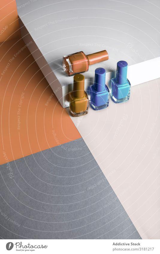 Mehrfarbiger Nagellack auf Pastellfarben Hintergrund mit geometrischem Muster mehrfarbig Emaille elegant Hintergrundbild Gel fließen liquide Menschenleer