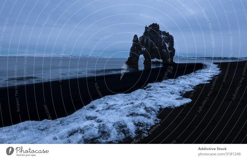 Felsige Meeresküste in Wolken in Island Meereslandschaft Hvítserkur trist Kieselsteine Küste Szene Natur Landschaft ruhig Felsen dramatisch natürlich Strand
