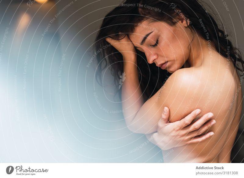 Oben ohne sinnliche Frau zu Hause verführerisch oben ohne berühren nackt genießen Haut Beautyfotografie Augen geschlossen Erotik lässig Strukturen & Formen