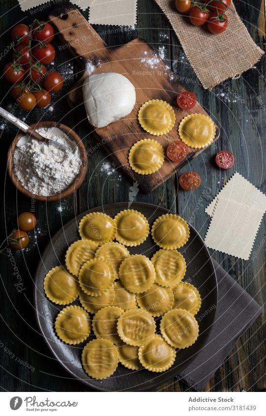 Hausgemachte Ravioli aus Parmesankäse, Tomaten und Basilikum. Speise weiß Saucen Küche grün Mittagessen Top Spätzle rustikal Lebensmittel Feinschmecker Ricotta