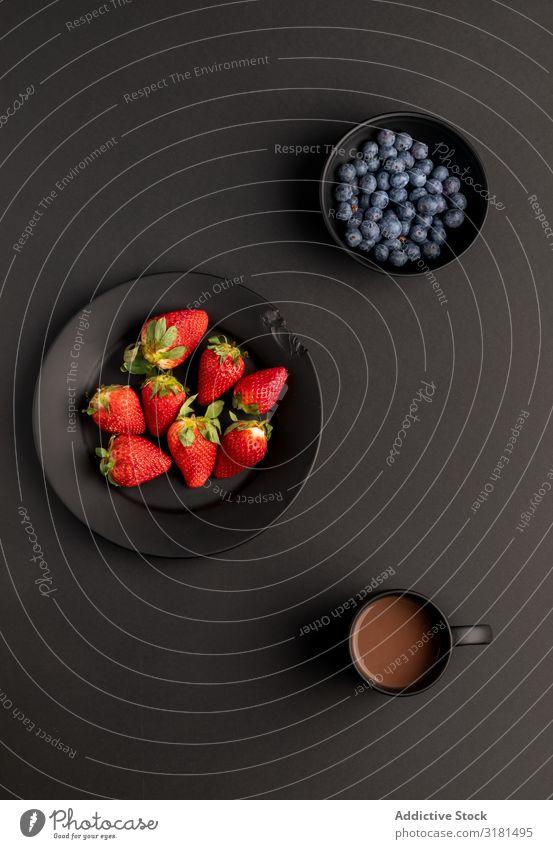 Früchte und Heißgetränke zum Frühstück Frucht Getränk Sortiment Erdbeeren Blaubeeren heiß Schokolade Kaffee Lebensmittel trinken Morgen Gesundheit süß organisch