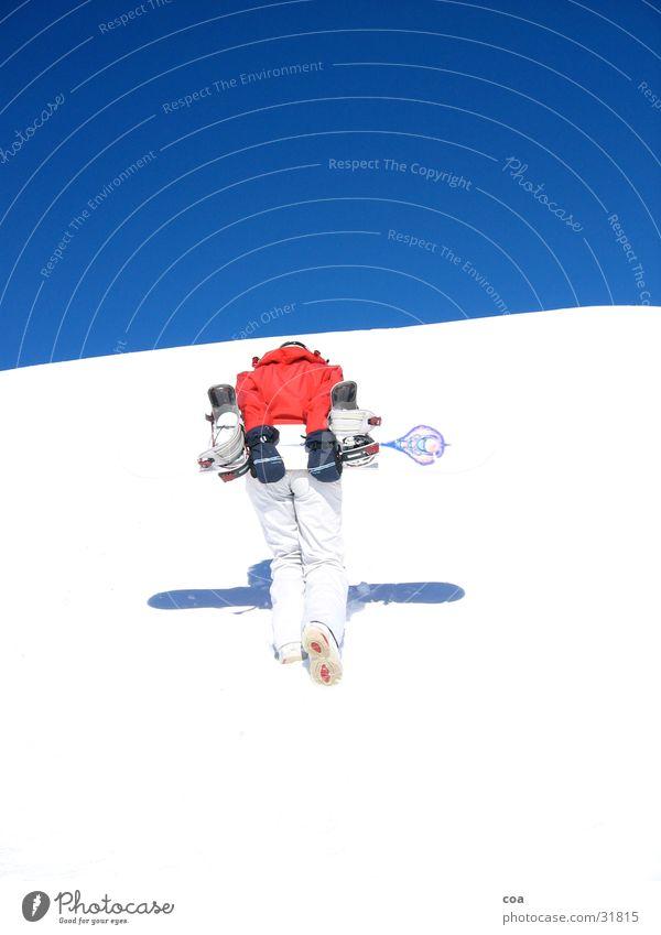 Aufstieg Winter Snowboard rot weiß aufsteigen Sport Schnee blau Schatten Wintersport tragen anstrengen 1 Snowboarder aufwärts Blauer Himmel leuchtende Farben