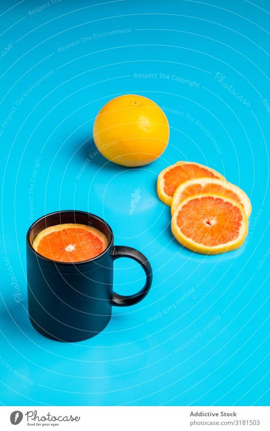Tasse mit frischen Zitrusfrüchten Becher Frühstück Entwurf trinken Scheibe Morgen saftig geschnitten Grapefruit Orange Spielfigur roh reif Vegane Ernährung