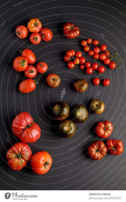 von oben gesehen von Tomaten auf einer schwarzen Oberfläche Hintergrundbild Pflanze Gemüse Menschenleer frisch saftig Landwirtschaft Frucht Lebensmittel
