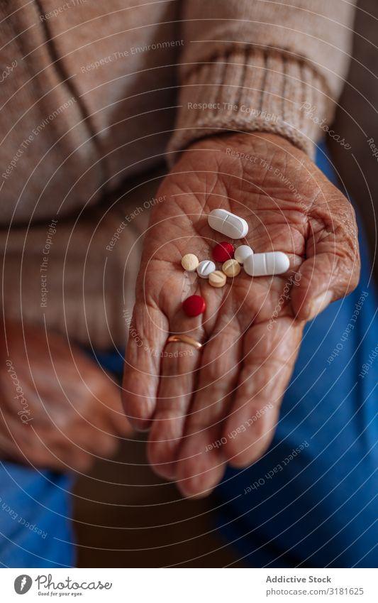 Detail der Pillen an der Hand eines alten Mannes Fürsorge Detailaufnahme Senior Tablette Mensch Jahreszahl Kaukasier Halt Rauschmittel Erwachsene Gesundheit