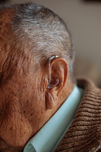 Detail eines Hörgerätes Gehörsinn Unterstützung Technik & Technologie alt Gerät taub Mann Ohr Nahaufnahme Detailaufnahme Mensch Fürsorge Medikament Instrument