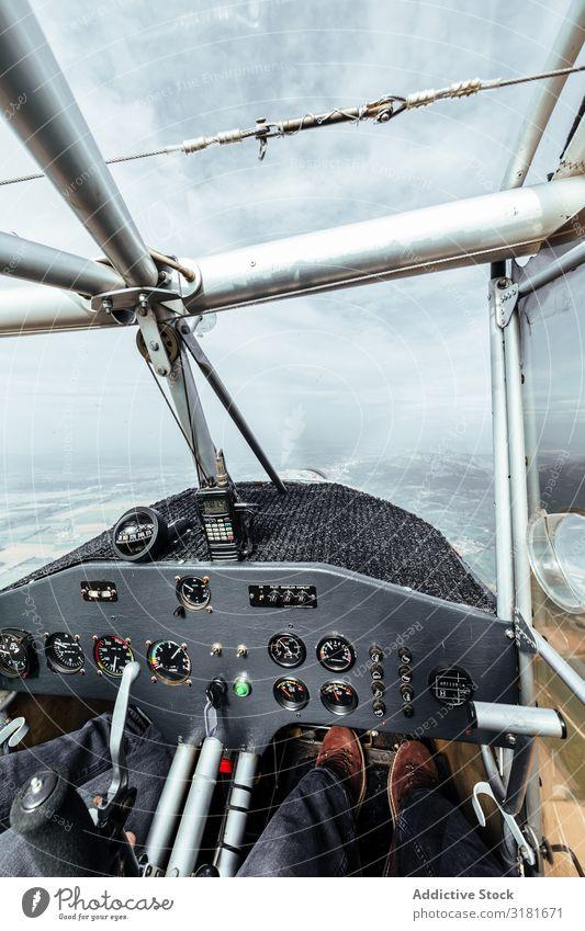 Luftaufnahme aus dem Cockpit eines Kleinflugzeugs Aussicht Pilot klein Flugzeug Fluggerät Innenarchitektur Etage Verkehr Licht Innenaufnahme Luftverkehr Fliege