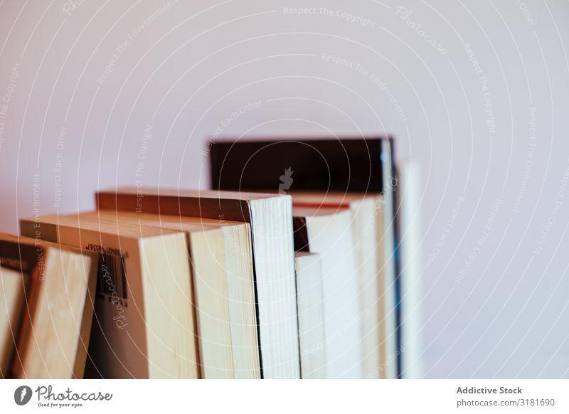 Stapel von antiken Büchern Buch alt Antiquität Bibliothek Reihe altehrwürdig überdeckt braun Papier Bildung lernen Wissen Literatur Hintergrundbild Bücherregal