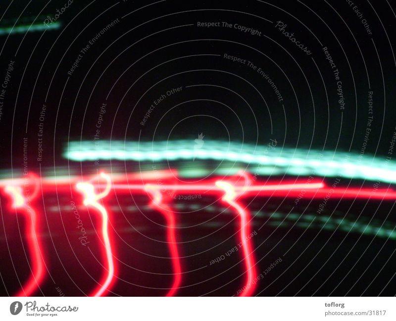 Nightdrive rot PKW Verkehr Streifen