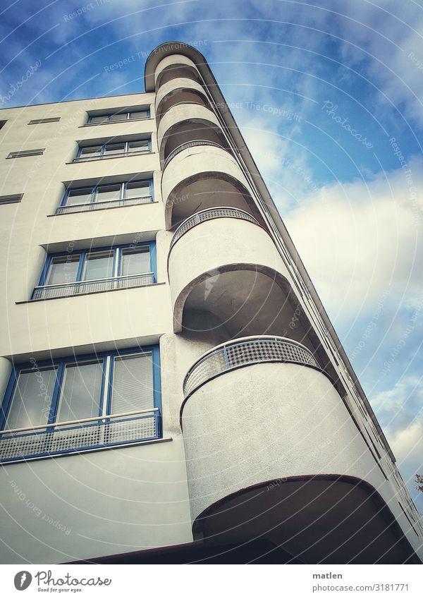 Ecklösung Stadt Hauptstadt Menschenleer Haus Hochhaus Gebäude Architektur Fassade Balkon Fenster ästhetisch rund blau grau weiß Eckgebäude Farbfoto