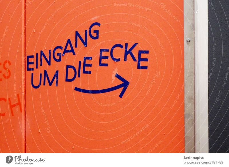 Eingang ums Eck kaufen Veranstaltung Zeichen Schriftzeichen Schilder & Markierungen Hinweisschild Warnschild Pfeil gehen warten orange Ecke Schwarzweißfoto