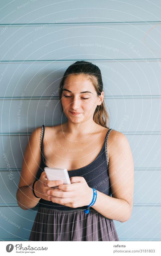 Frau Mensch Jugendliche Junge Frau Sommer schön 18-30 Jahre Lifestyle Erwachsene feminin Glück Technik & Technologie Lächeln stehen Fröhlichkeit Bekleidung