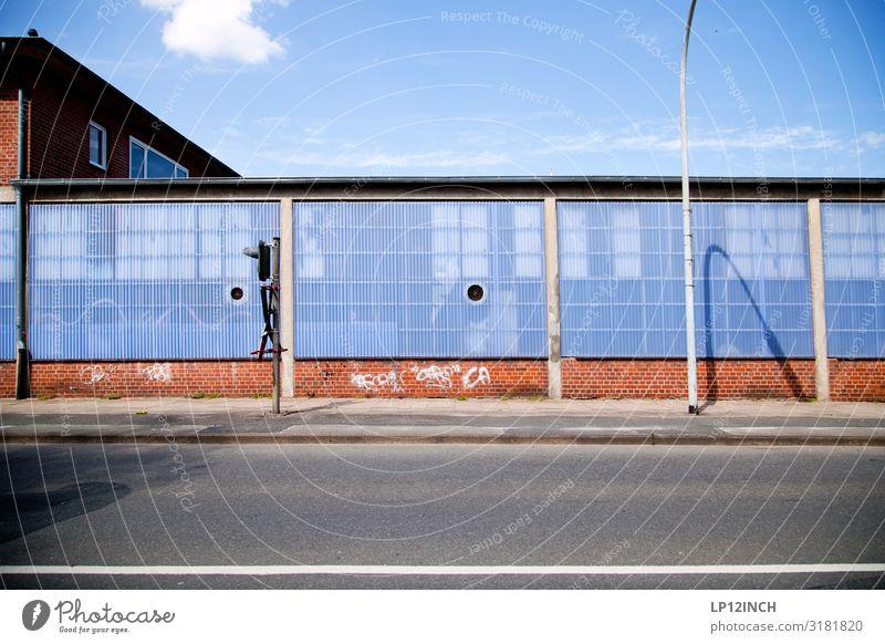 LüneBurg Lüneburg Deutschland Stadtrand Industrieanlage Fabrik Gebäude Mauer Wand Fassade Verkehr Verkehrsmittel Verkehrswege Straßenverkehr blau grau rot Ampel