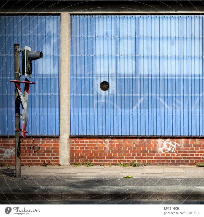 LG blau Stadt Straße Wand Mauer Fassade Verkehr Technik & Technologie Güterverkehr & Logistik Hafen Fabrik Gleise Verkehrswege Ampel Bahnhof Lagerhalle