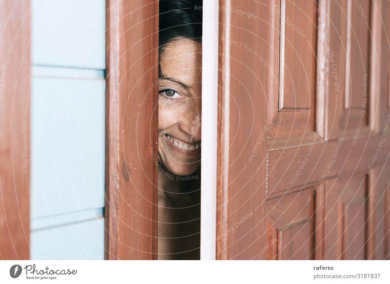 Lächelnde Frau, die zwischen offener Tür und Wand schaut. Lifestyle elegant Mensch feminin Junge Frau Jugendliche Erwachsene 1 30-45 Jahre Mode beobachten
