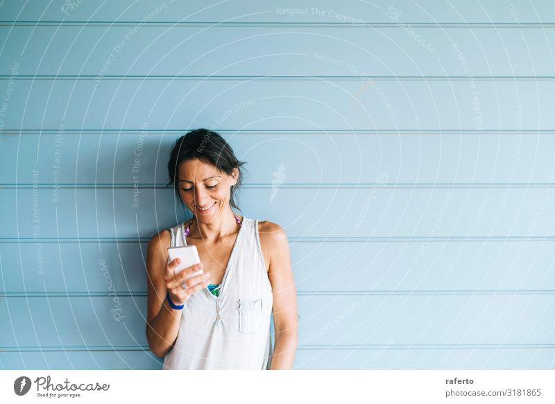 Frau Mensch Jugendliche Junge Frau Sommer schön Lifestyle Erwachsene feminin Glück Technik & Technologie Lächeln stehen Fröhlichkeit Bekleidung niedlich
