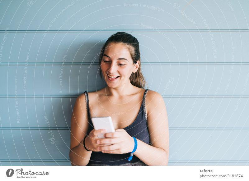 Frau Mensch Jugendliche Junge Frau Sommer schön Lifestyle Erwachsene feminin Glück 13-18 Jahre Technik & Technologie Lächeln stehen Fröhlichkeit Bekleidung