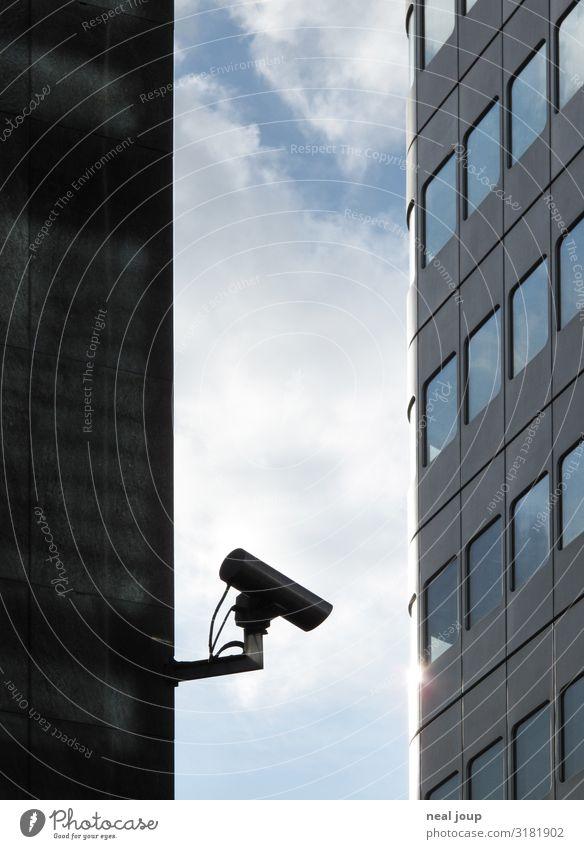 I spy -III- Videokamera Überwachungskamera Frankfurt am Main Hochhaus Bankgebäude Fassade beobachten Stadt blau grau Schutz Wachsamkeit Wahrheit Ehrlichkeit