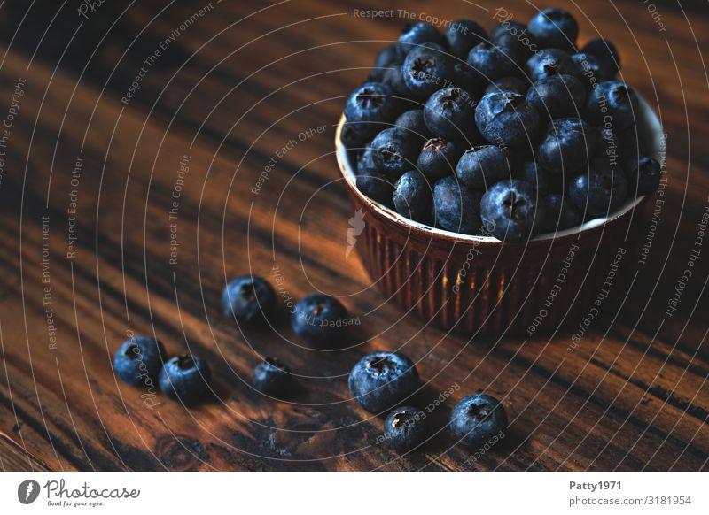 Blaubeeren in einer Schale auf Holzuntergrund Lebensmittel Frucht Ernährung Bioprodukte Vegetarische Ernährung Diät Schalen & Schüsseln frisch lecker saftig süß