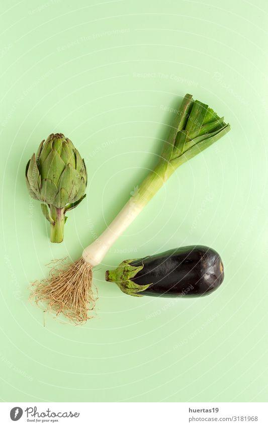 Komposition aus frischem Gemüse mit Knollen auf weißem Hintergrund Lebensmittel Ernährung Vegetarische Ernährung Diät Lifestyle Gesunde Ernährung natürlich grün