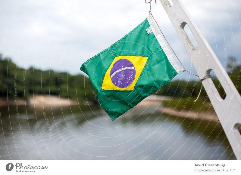 Auf dem Amazonas Ferien & Urlaub & Reisen Tourismus Abenteuer Sightseeing Expedition Natur Fluss Zeichen Schriftzeichen gelb grün Brasilien Fahne wehen Globus