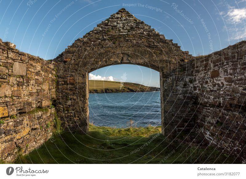 Aussicht Strand Meer Wellen wandern Landschaft Wasser Himmel Wolken Horizont Schönes Wetter Gras Wiese Felsen Küste Bucht Atlantik Republik Irland Ruine Mauer