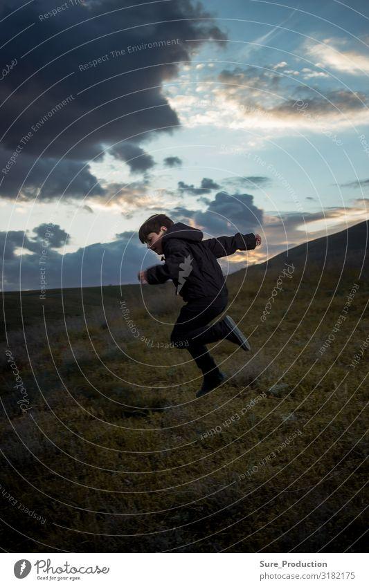 der Junge springt vor dem Hintergrund des Abendhorizonts Freude Spielen Entertainment Familie & Verwandtschaft Kindheit Natur Landschaft Horizont Herbst