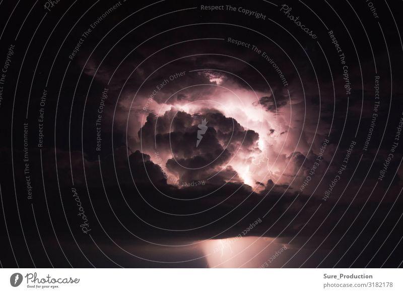 ein dunkler, stürmischer Himmel, der vom Blitz beleuchtet wird. Meer Berge u. Gebirge Natur Wolken Wetter Blitze Dorf dunkel oben Wut schwarz Angst Beleuchtung
