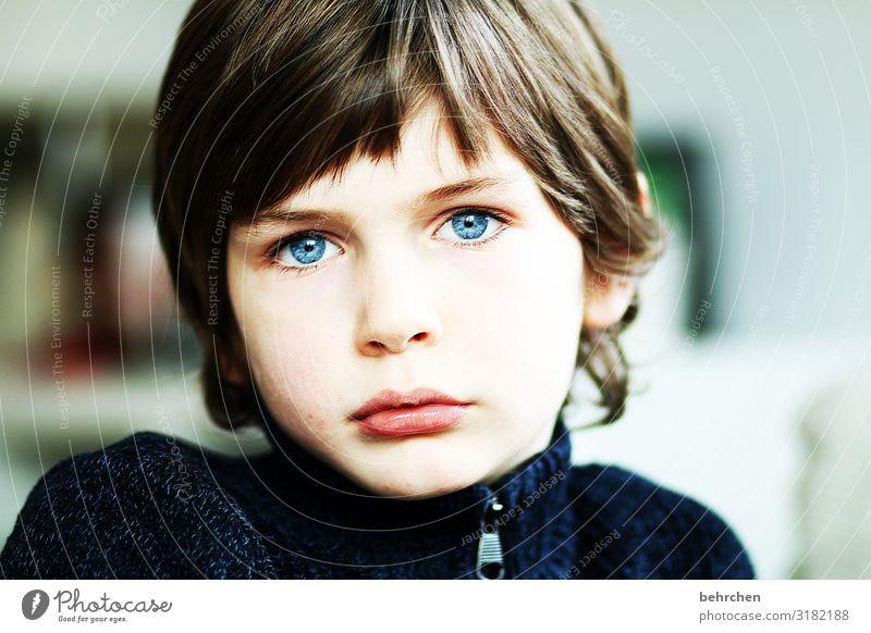 . Liebe Sohn Porträt Kontrast Licht Tag Nahaufnahme Sehnsucht nachdenklich intensiv ernst Farbfoto Innenaufnahme Sorge Lippen Mund Gesicht Kindheit Junge Auge