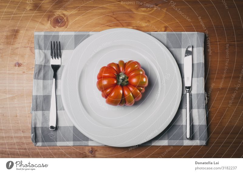 Rote Tomate auf weißem Teller Gemüse Ernährung Essen Mittagessen Abendessen Diät Gabel Tisch Küche Natur Holz füttern authentisch gut rot Italien diätetisch