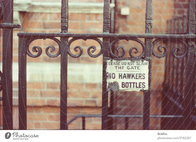 Zeitreise Häusliches Leben Hauptstadt Menschenleer Haus Mauer Wand Fassade Zaun Stein Metall Zeichen Schriftzeichen Schilder & Markierungen Hinweisschild