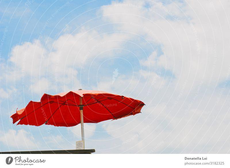 Roter Regenschirm im Sommer von unten gesehen Erholung Freizeit & Hobby Ferien & Urlaub & Reisen Tourismus Ausflug Sommerurlaub Sonnenbad Strand Himmel Wolken